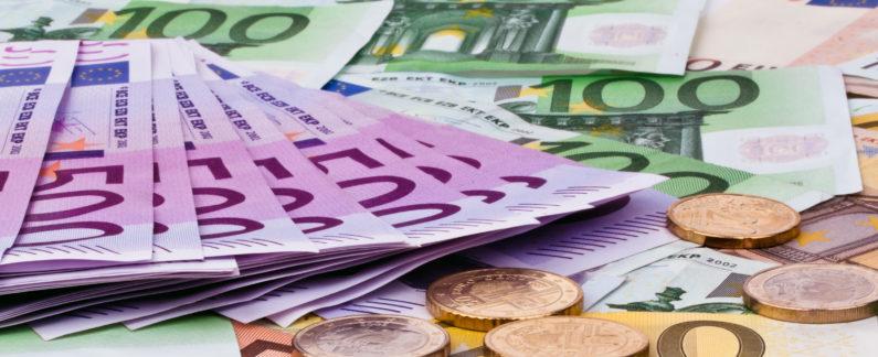 Viele Euro Geldscheine der Europäischen Union. sparen und Budget